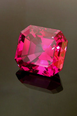 Exceptional large Tajik spinel weighing over 25 carats.