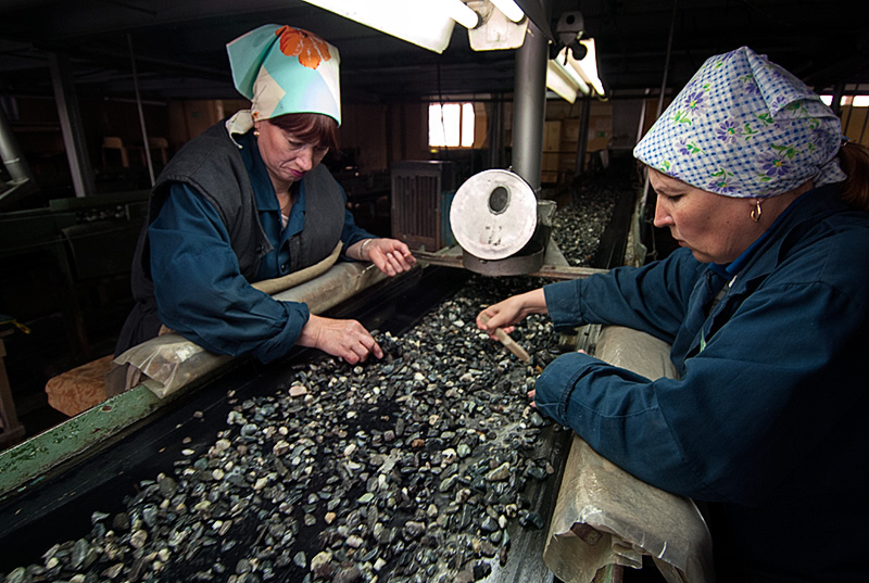 Sorters search for emerald and alexandrite at the washing plant of Russia's Malysheva emerald mine. Photo: Richard W. Hughes