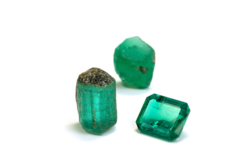 Rough and cut Malysheva emeralds. Specimens courtesy of Tsar Emeralds Corp.; photo: Wimon Manorotkul